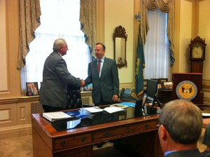 photo: Governor and Municipalities Sign Agreement to Reduce Municipal Electric Rates to Attract New Jobs