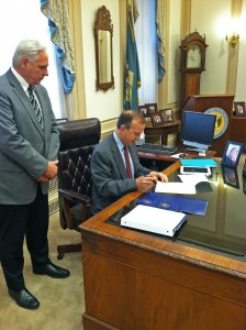 Governor and Municipalities Sign Agreement to Reduce Municipal Electric Rates to Attract New Jobs