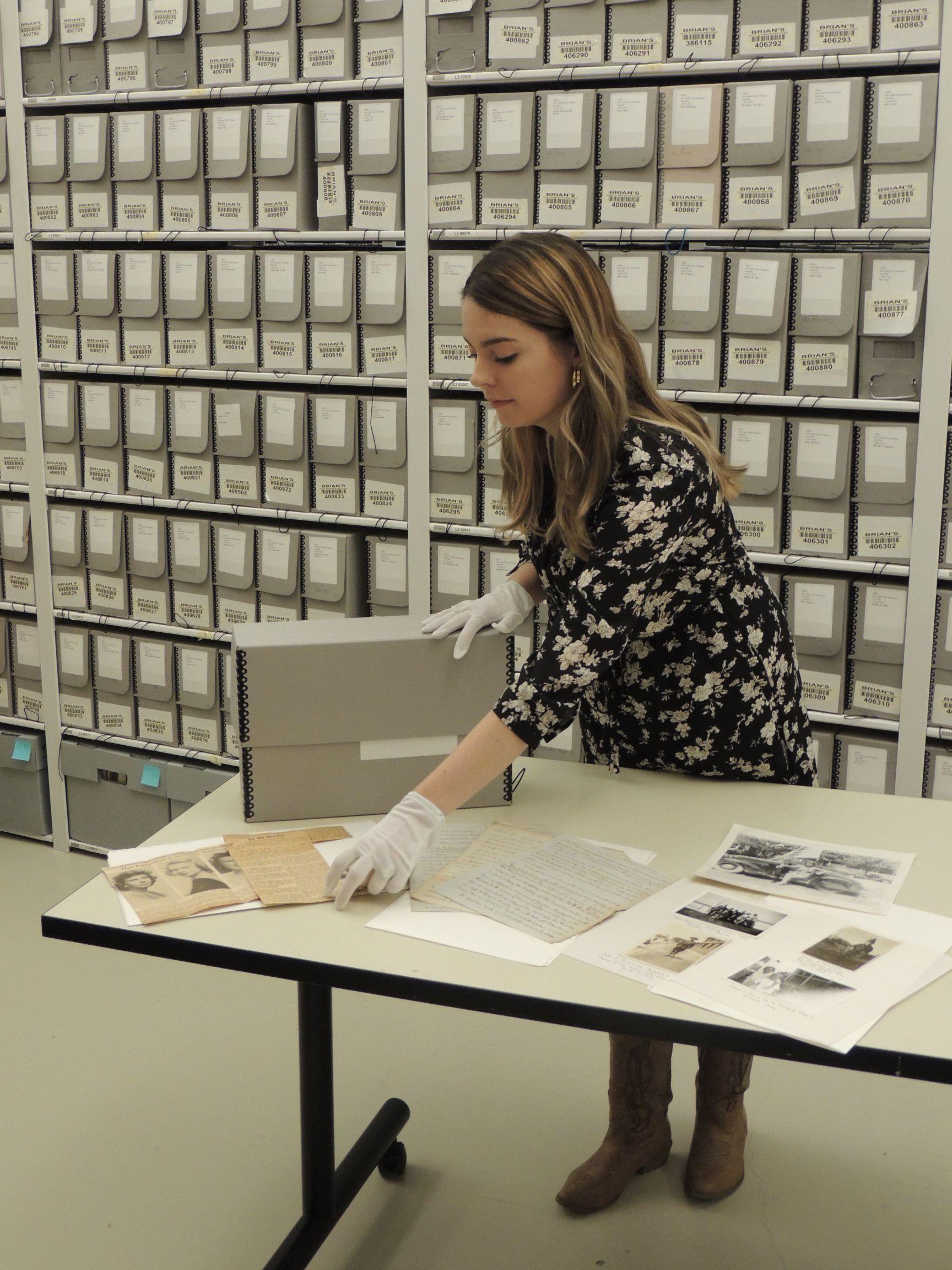Pie de Foto: Connor Graham prepara materiales para el próximo taller de preservación de documentos.)