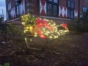 Photo of a Zwaanendael Museum bench decorated for the holidays by the Sussex Gardeners.